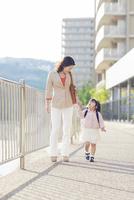 手を繋いで歩く母と娘 10272005302| 写真素材・ストックフォト・画像・イラスト素材|アマナイメージズ