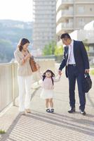 手を繋いで歩く3人家族 10272005304| 写真素材・ストックフォト・画像・イラスト素材|アマナイメージズ