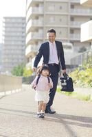 娘の送迎をする父親 10272005305| 写真素材・ストックフォト・画像・イラスト素材|アマナイメージズ
