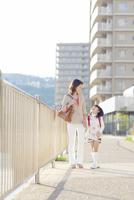 手を繋いで歩く母と娘 10272005306| 写真素材・ストックフォト・画像・イラスト素材|アマナイメージズ