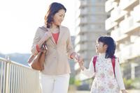 手を繋ぐ母と娘 10272005308| 写真素材・ストックフォト・画像・イラスト素材|アマナイメージズ