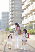手を繋いで歩く母と娘 10272005310| 写真素材・ストックフォト・画像・イラスト素材|アマナイメージズ