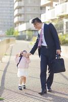 娘の送迎をする父親 10272005313| 写真素材・ストックフォト・画像・イラスト素材|アマナイメージズ