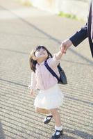 父と手を繋いで歩く幼稚園児の女の子 10272005315| 写真素材・ストックフォト・画像・イラスト素材|アマナイメージズ