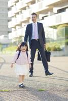 娘の送迎をする父親 10272005316| 写真素材・ストックフォト・画像・イラスト素材|アマナイメージズ