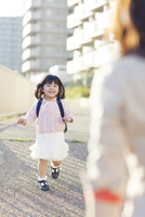 母に向かって走る幼稚園児の女の子 10272005318| 写真素材・ストックフォト・画像・イラスト素材|アマナイメージズ