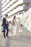 手を繋いで歩く4人家族 10272005319| 写真素材・ストックフォト・画像・イラスト素材|アマナイメージズ
