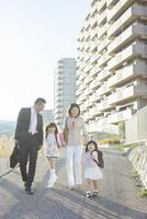 手を繋いで歩く4人家族 10272005321| 写真素材・ストックフォト・画像・イラスト素材|アマナイメージズ