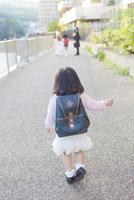幼稚園児の女の子 10272005324| 写真素材・ストックフォト・画像・イラスト素材|アマナイメージズ