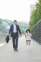 娘の送迎をする父親 10272005325| 写真素材・ストックフォト・画像・イラスト素材|アマナイメージズ