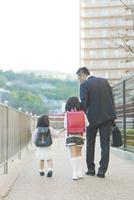 娘の送迎をする父親 10272005328| 写真素材・ストックフォト・画像・イラスト素材|アマナイメージズ