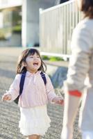 母に向かう幼稚園児の女の子 10272005331| 写真素材・ストックフォト・画像・イラスト素材|アマナイメージズ