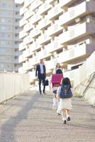 両親に向かって走る姉妹 10272005333| 写真素材・ストックフォト・画像・イラスト素材|アマナイメージズ