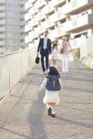 家族に向かって走る幼稚園児の女の子 10272005335| 写真素材・ストックフォト・画像・イラスト素材|アマナイメージズ