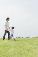草原で遊ぶ父と息子 10272005345| 写真素材・ストックフォト・画像・イラスト素材|アマナイメージズ