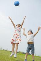 ボールで遊ぶ姉弟 10272005350| 写真素材・ストックフォト・画像・イラスト素材|アマナイメージズ
