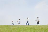 草原を歩く4人家族 10272005355| 写真素材・ストックフォト・画像・イラスト素材|アマナイメージズ