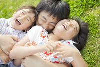 寝転んで抱きつく親子 10272005372| 写真素材・ストックフォト・画像・イラスト素材|アマナイメージズ