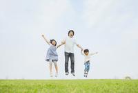 草原でジャンプする親子 10272005377| 写真素材・ストックフォト・画像・イラスト素材|アマナイメージズ