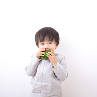 ピーマンを食べる男の子
