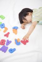 アルファベットと男の子 10272005426| 写真素材・ストックフォト・画像・イラスト素材|アマナイメージズ