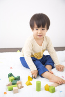 おもちゃで遊ぶ男の子 10272005429| 写真素材・ストックフォト・画像・イラスト素材|アマナイメージズ