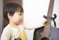 ギターを触る男の子 10272005431| 写真素材・ストックフォト・画像・イラスト素材|アマナイメージズ