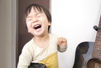 ギターの前で笑う男の子 10272005432| 写真素材・ストックフォト・画像・イラスト素材|アマナイメージズ