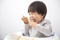 食事をする男の子 10272005438| 写真素材・ストックフォト・画像・イラスト素材|アマナイメージズ