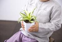 植物を持つ男の子