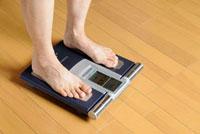 体重測定 10276000051| 写真素材・ストックフォト・画像・イラスト素材|アマナイメージズ