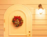 ドアに飾られたクリスマスリース