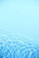 水色の波紋 10285000560| 写真素材・ストックフォト・画像・イラスト素材|アマナイメージズ