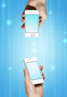 二台のスマートフォンと通信イメージ 10285001378| 写真素材・ストックフォト・画像・イラスト素材|アマナイメージズ