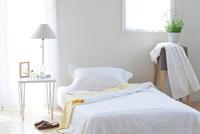 ベッドサイドのアロマポットとラベンダー