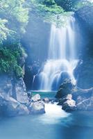 滝と靄 10285003008  写真素材・ストックフォト・画像・イラスト素材 アマナイメージズ