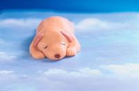 寝るイヌの人形
