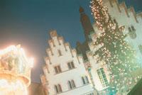 クリスマスツリーと街並み 10290000040  写真素材・ストックフォト・画像・イラスト素材 アマナイメージズ