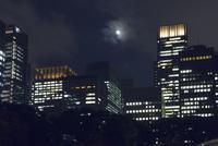 丸の内ビル群と満月