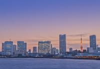 夕焼けの空と街並み
