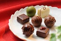 白い器にのせたチョコレート