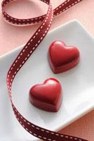 リボンとハート型のチョコレート