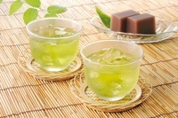 氷の入った冷茶と水ようかん