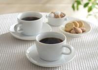 湯気のたつコーヒーとクッキー