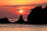 ターナー島と夕陽と漁船