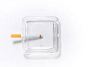 ガラスの灰皿と煙草 10316000005| 写真素材・ストックフォト・画像・イラスト素材|アマナイメージズ