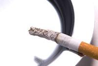 アルミの灰皿と煙草 10316000006| 写真素材・ストックフォト・画像・イラスト素材|アマナイメージズ