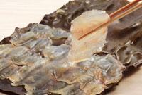 箸でつまんだ鯛の昆布締め