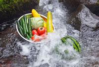 川で冷やしている野菜とすいか