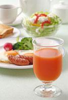 野菜ジュースと朝食 10323002218| 写真素材・ストックフォト・画像・イラスト素材|アマナイメージズ